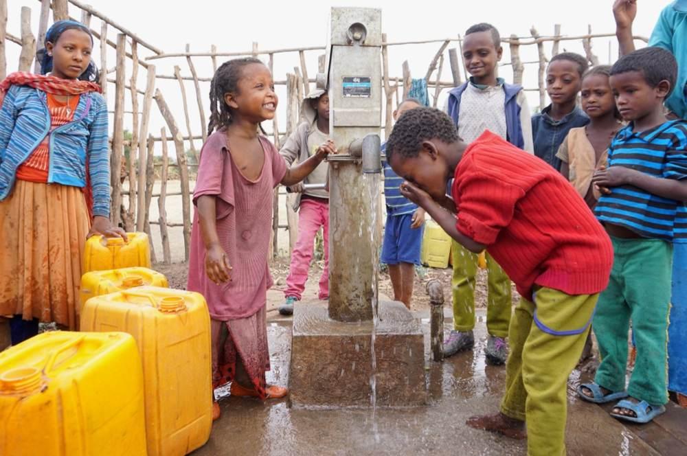 bambini al pozzo in etiopia per prevenzione tracoma