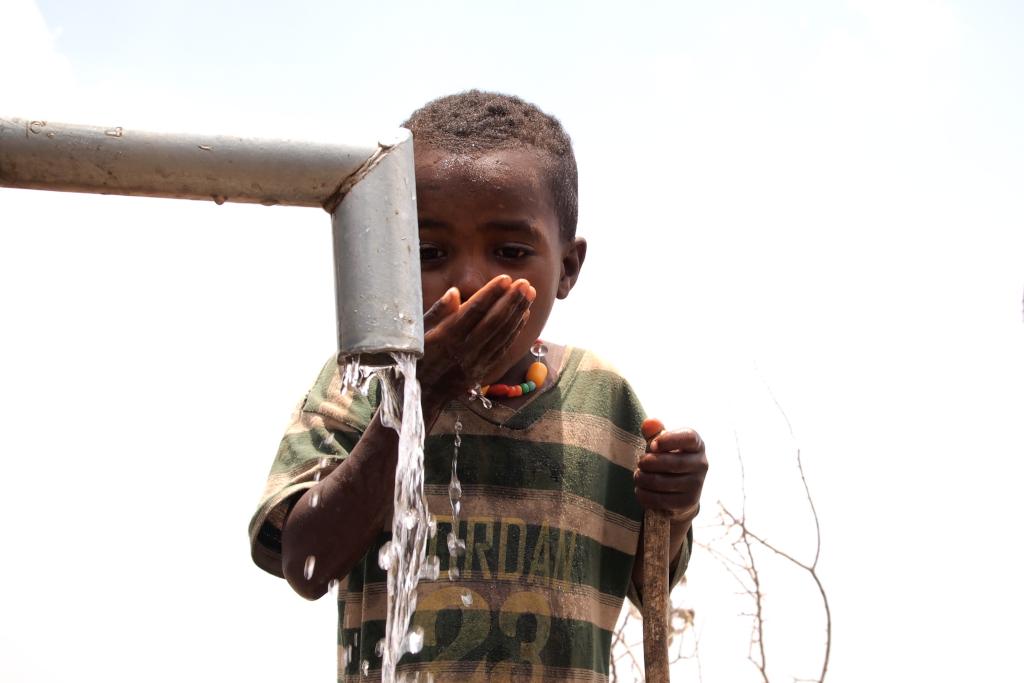 bambino beve dal rubinetto
