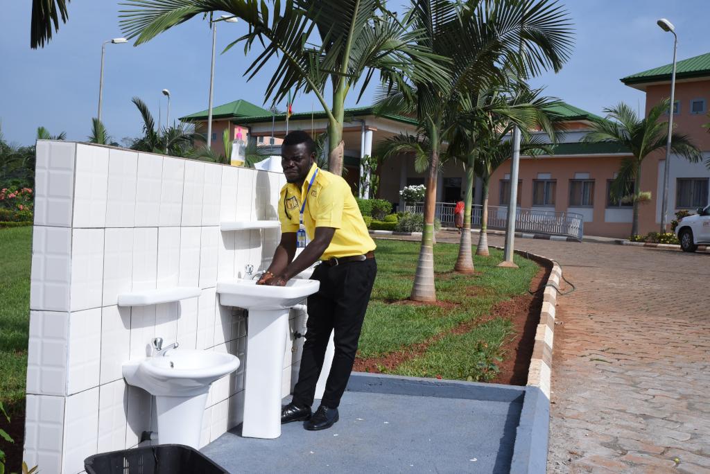 Personale si lava le mani