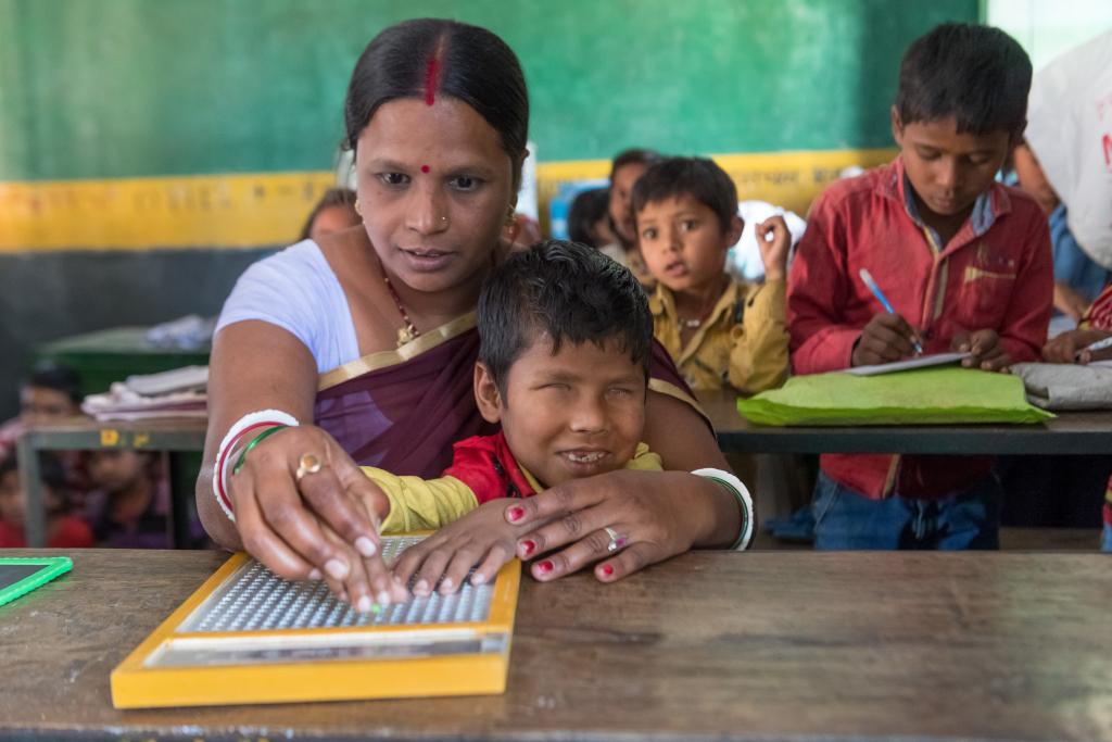 insegnante con bambino cieco scrivono Braille