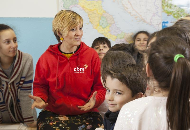 operatrice a scuola tra gli alunni