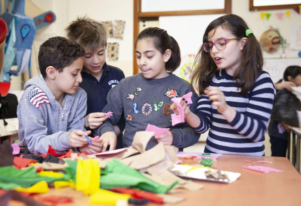 bambini a scuola che prendono parte a un laboratorio