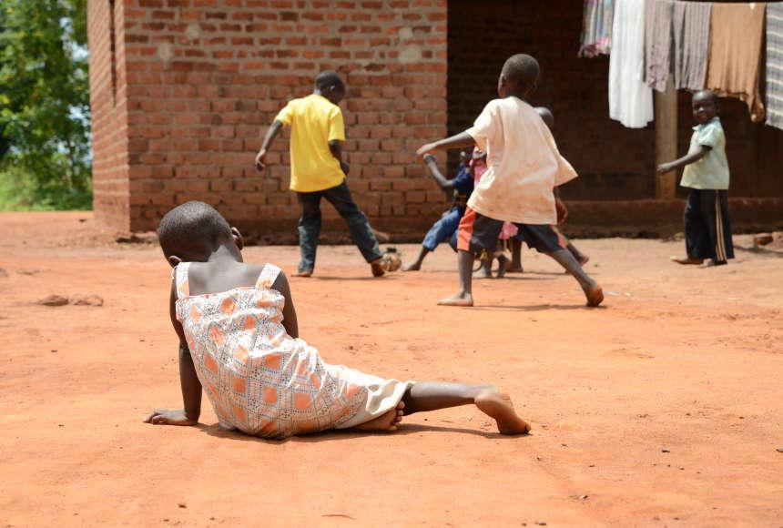 bambina povera con disabilità esclusa dai suoi amici giocano a palla