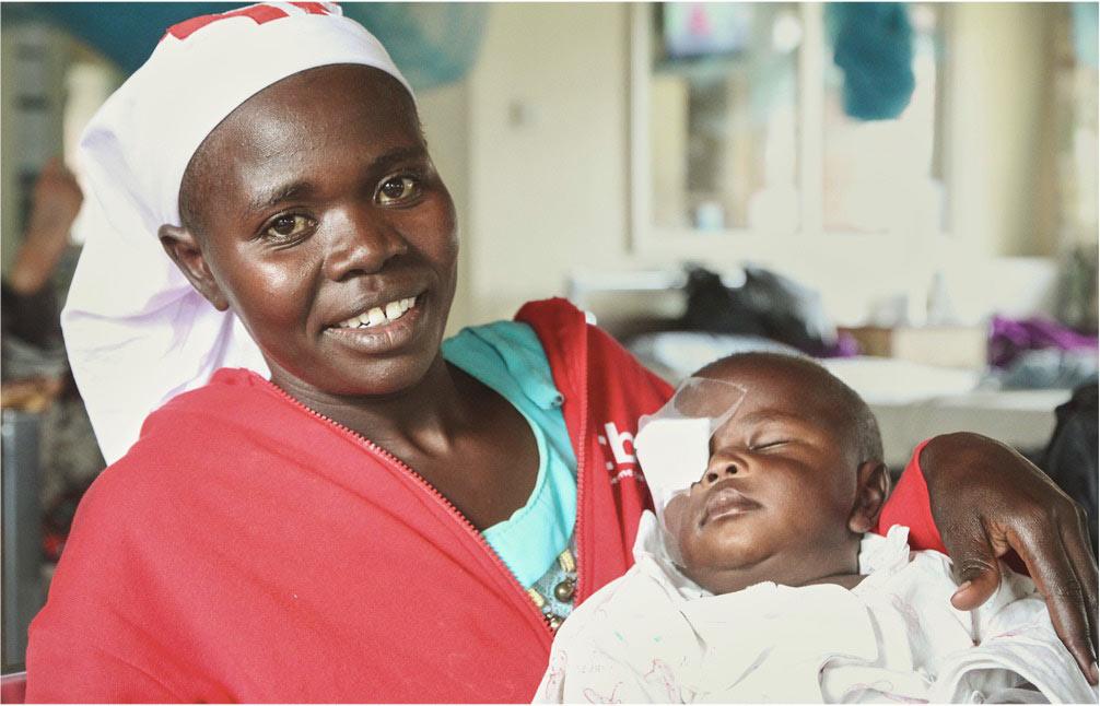 operatrice con bambino in braccio operato di cataratta