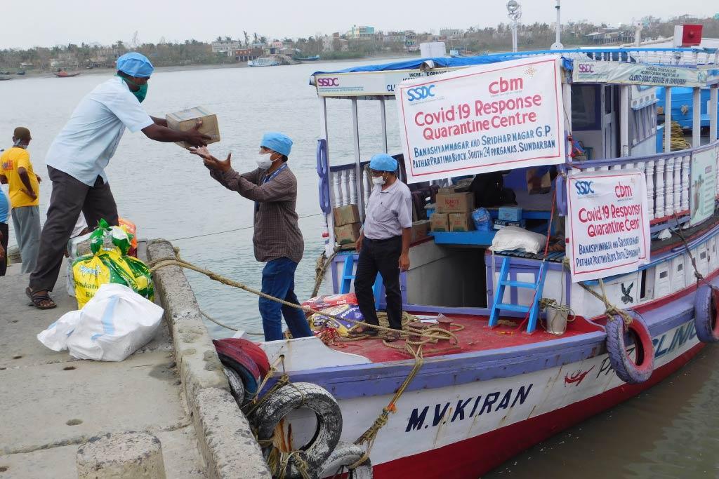 scarico di materiali da una barca in India durante l'emergenza