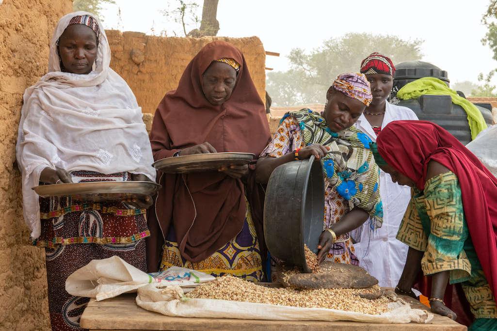 donne burkinabè in un centro di trasformazione