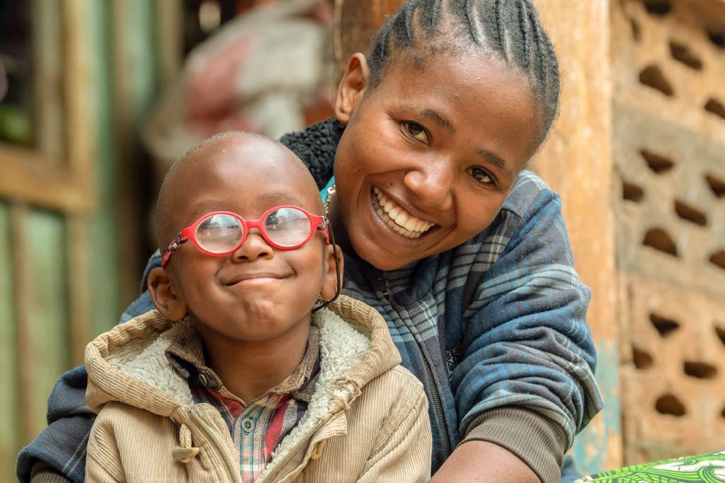 bambino con occhiali insieme alla mamma