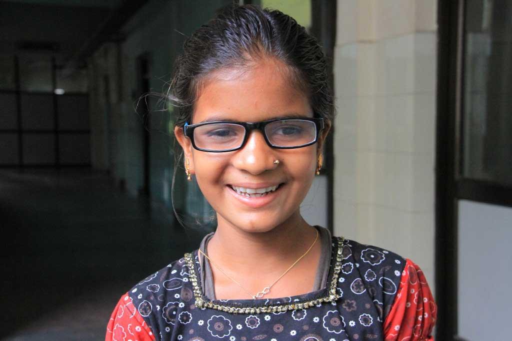 bambina sorridente con occhiali